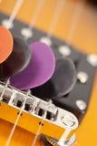Gitarren-Auswahl in den Gitarrenschnüren stockfotos