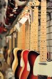 Gitarren für das Verkaufs-Hängen Lizenzfreie Stockfotos