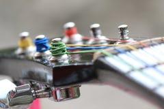 Gitarren-Kopf mit farbigen Schnüren Stockfotos