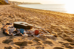 Gitarren och kaffe rånar på stranden arkivbilder