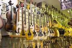 Gitarren shoppar Arkivfoton