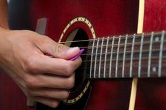 Gitarren-Spielen stockfoto