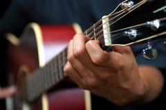Gitarren-Spielen lizenzfreie stockbilder