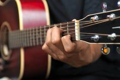 Gitarren-Spielen lizenzfreies stockfoto