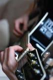 Gitarren-Spielen stockbilder
