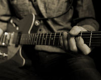 Gitarren-Spieler im Studio Stockfoto