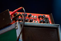 Gitarren-Verstärker angeschlossen lizenzfreies stockfoto