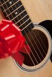Gitarren-Zeichenketten mit rotem Farbband Stockfotografie