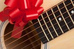 Gitarren-Zeichenketten mit rotem Farbband Lizenzfreies Stockbild