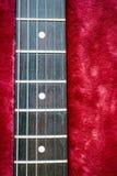 Gitarrenhals, der im weichen Hintergrund sitzt stockfoto