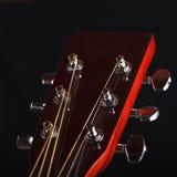 Gitarrenhals mit Schnüren auf einem schwarzen Hintergrund stockbild