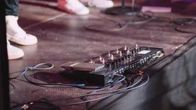 Gitarrenpedal und Gitarristfuß, der an einem Konzert spielt stock footage