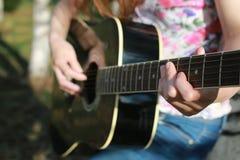 Gitarrenschnur-Frauenhand im Freien Lizenzfreie Stockfotografie