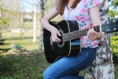 Gitarrenschnur-Frauenhand im Freien Lizenzfreie Stockbilder