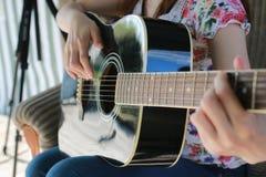 Gitarrenschnur-Frauenhand im Freien Stockbilder