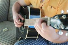 Gitarrenschnur-Mannhand im Freien Stockbild