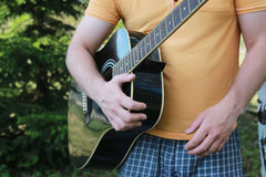 Gitarrenschnur-Mannhand im Freien Stockbilder