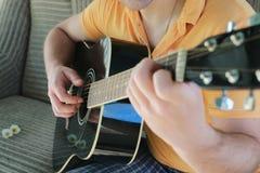 Gitarrenschnur-Mannhand im Freien Lizenzfreie Stockfotos