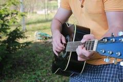 Gitarrenschnur-Mannhand im Freien Stockfotografie