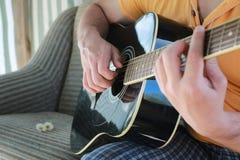 Gitarrenschnur-Mannhand im Freien Lizenzfreie Stockbilder