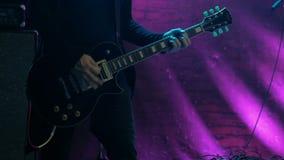 Gitarrenspieler auf Stufe stock footage