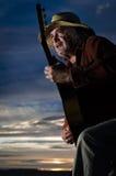 Gitarrenspieler mit Strohhut in der drastischen Beleuchtung Stockfotos