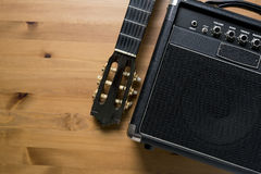 Gitarrenverstärker und alte klassische Gitarre Lizenzfreie Stockfotos