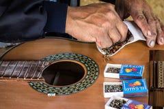 Gitarrer är handgjorda vid utvecklingar av hantverkare i San Bartolom Fotografering för Bildbyråer