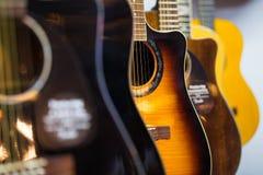 Gitarrer i ett musiklager Arkivbilder