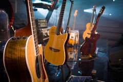 Gitarretappsammansättning i en tappningkonserthall på ljusbac Royaltyfri Foto
