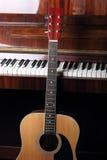 Gitarrhals på gammala pianotangenter Royaltyfri Bild