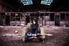 Gitarrist auf verlassenem Gebäude lizenzfreies stockbild