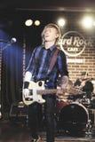 Gitarrist av Zdob si Zdub, Hard Rock Cafe, Bucharest, Rumänien Royaltyfri Foto