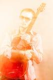 Gitarrist With den akustiska gitarren Skjutit med kombination av stren royaltyfria bilder