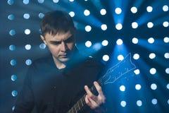 Gitarrist, der auf Stadium bleibt und auf E-Gitarre spielt Lizenzfreie Stockfotos