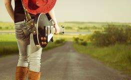 Gitarrist an der Autobahn stockfotografie