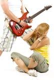 Gitarrist, der ein ärgerliches Lied zu einem Mädchen spielt stockbilder
