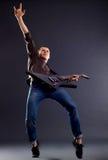 Gitarrist, der eine Felsengeste bildet Stockfotografie
