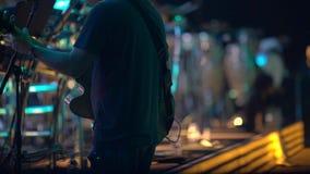 Gitarrist, der am Konzert spielt Ansicht von der Bühne hinter dem Vorhang stock video