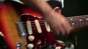 Gitarrist, der ungestüm spielt stock video footage