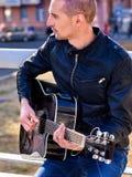 Gitarrist för musikgataaktörer som spelar gitarren royaltyfri foto