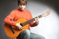 Gitarrist för spelare för akustisk gitarr som spelar den spanska gitarren Royaltyfri Bild