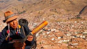 Gitarrist i Cusco royaltyfria bilder