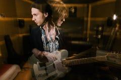 Gitarrist i dubbel exponering man med schizofreni arkivfoton