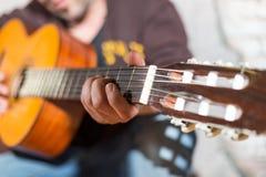 Gitarrist i gatan royaltyfria bilder