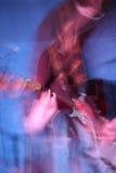 Gitarrist i handling arkivbild