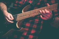 Gitarrist i handling i levande konsert arkivbilder