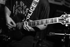 Gitarrist i handling i levande konsert royaltyfri foto