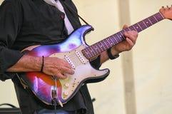 Gitarrist i konsert arkivfoto