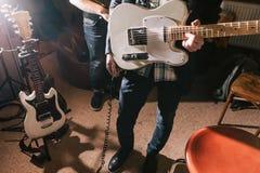 Gitarrist i studio med elbasen royaltyfria bilder